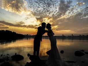 《夕照东湖》